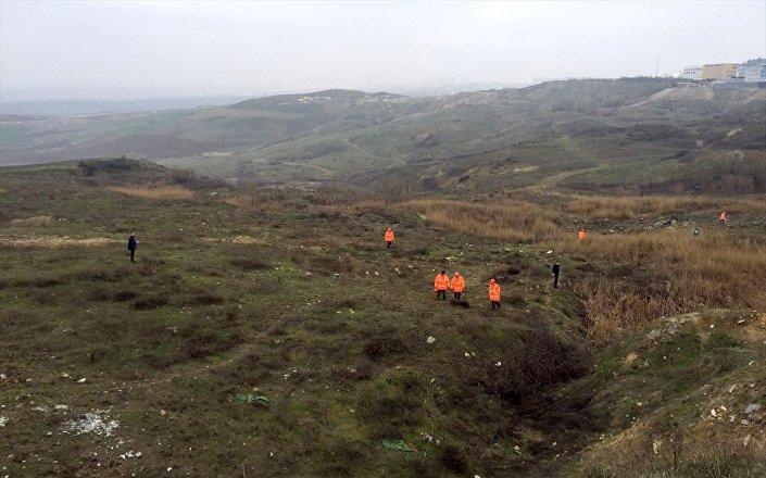 Helikopterin düştüğü bölgede arama çalışmaları devam ediyor.