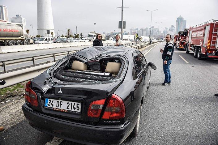 Helikopter kopan parça yoldan geçen bir otomobilin üzerine düştü, aracın tavanı ortadan ikiye ayrıldı.