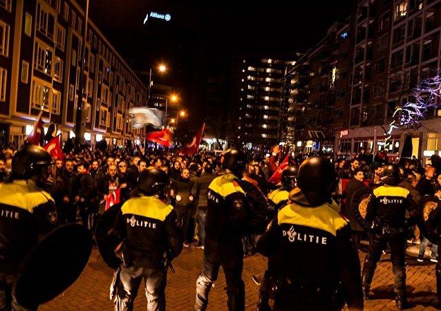 Hollanda polisi Türk eylemciler sert müdahale etti