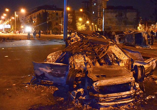 Gürcistan'ın Batum kentinde çıkan olaylarda araçlar ateşe verildi
