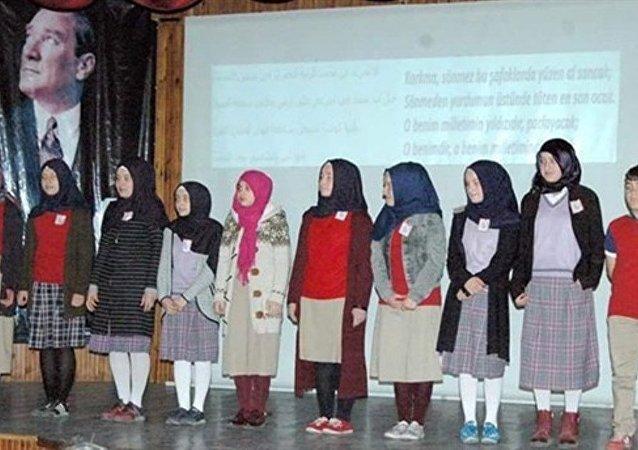 Trabzon'da öğrencilere İstiklal Marşı'nı Arapça okuttular