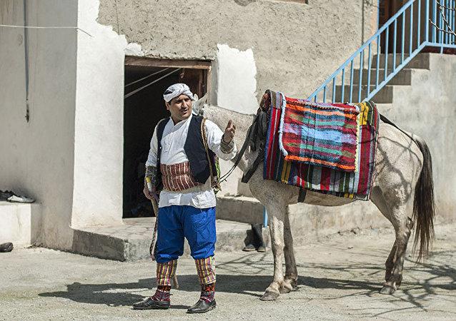 Bayrama henüz bir hafta var fakat çobanlar ve hayvanları şimdiden süsleniyor. Çobanlar, geleneğe uygun olarak tüm evleri gezip Nevruz türkülerini söyleyerek baharın habercisi olmak için güzel kıyafetler giyiyor.