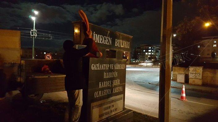 Belediye ekipleri, Şehit Kamil ilçesindeki Nijmegen Bulvarı'nın tabelası ile havaalanı yolundaki kardeş şehirlerin amblemlerinin bulunduğu refüjden Nijmegen adını kaldırdı.