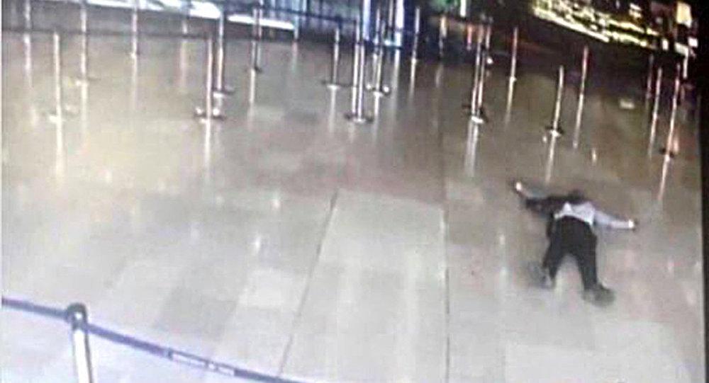 Orly Havalimanı'nda öldürülen saldırgan 39 yaşındaki Paris doğumlu Ziyed bin Belgacem