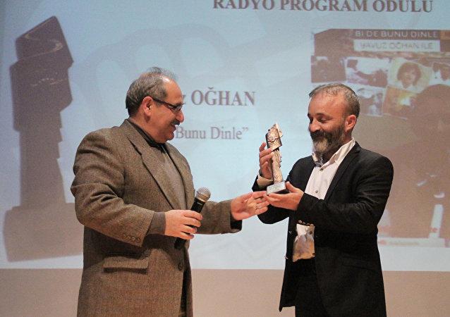 Yavuz Oğhan, ÇGD'nin 'En İyi Radyo Programı' ödülünü aldı