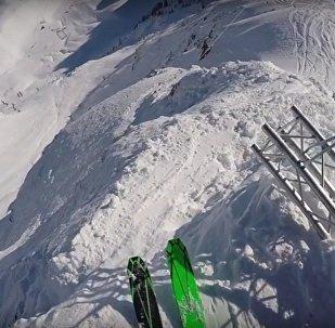 Rus kayakcının dağdan düşüş anı