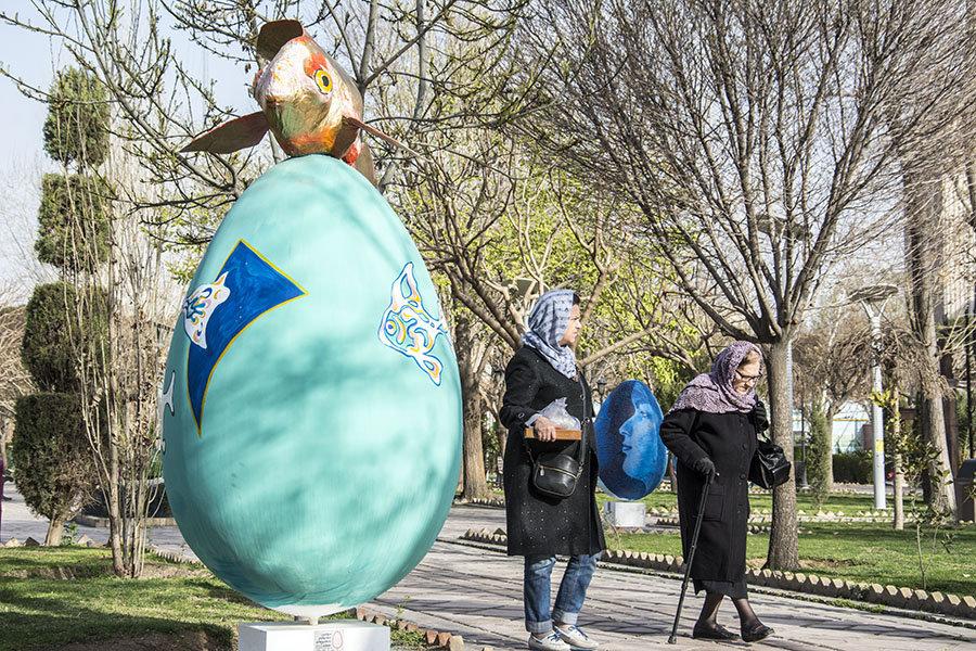 Tahran'daki parklardan birinde bayram süsü.