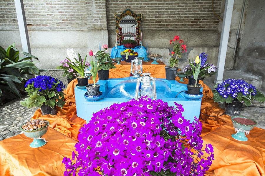 İran'ın Nevruz'da bayram sofrası geleneği olan Haft Sin, Farsçadaki 'sin' harfinden başlayan 7 sembolü içeriyor: tıp sembolü sarımsak, güzellik ve sağlık sembolü elma, doğanın uyanış sembolü buğday ve mercimek filizleri, aşk sembolü iğde, bilgelik ve sabır sembolü sirke, bereket sembolü ekmek pudingi, gündoğumu sembolü sumak.