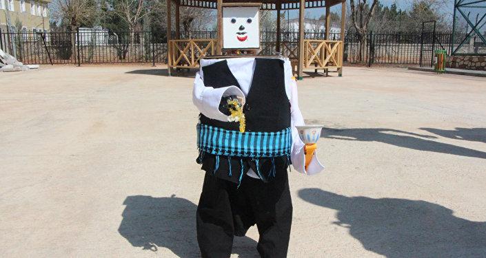 Şanlıurfa'da 11. sınıf öğrencisi Mazlum Sürmeli, atık malzemelerden robot tasarladı. 'Urfalı' adı verilen şalvar giydirilip poşu taktırılan robot, tespih çekip mırra servisi yapıyor.