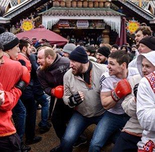 İzmaylovo Kültür Merkezi'ndeki Maslenitsa festivalinde düzenlenen geleneksel dövüş