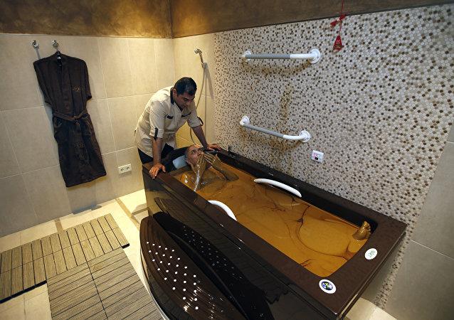 Sputnik'e konuşan Naftalan'daki Garabag Resort & Spa'nın Genel Müdürü Orhan Kutluay, bölgedeki sağlık merkezlerinde uygulanan petrol banyolarının, sedef ve egzama gibi cilt hastalıkları, eklem rahatsızlığı, romatizma gibi birçok hastalığı  tedavi ettiğini vurguladı.
