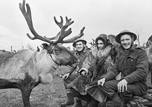 Sovyet çoban, İngiliz uçak mühendisleriyle Kuzey Kutup bölgesindeki bir havaalanında.