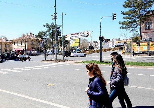 AK Parti Diyarbakır İl Başkanlığı, 'Her Evet Şeyh Sait ve arkadaşlarına bir Fatiha'dır' yazılı bir pankart astı.