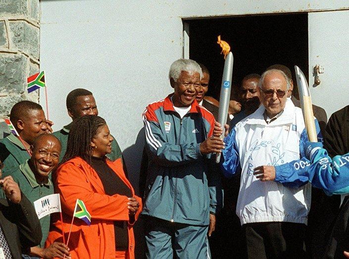 Kathrada, 2004 yılında, Mandela'yla birlikte Olimpiyat Ateşi'ni taşımıştı.