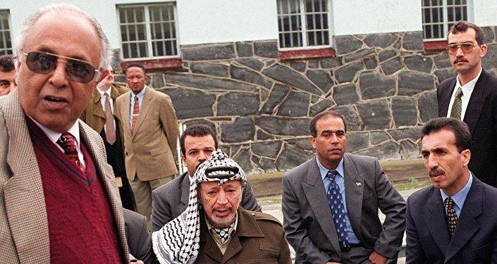 Kathrada, Filistin'in efsanevi lideri Yaser Arafat'a da 18 yıl boyunca tutuklu kaldığı hapishaneyi gezirmişti.