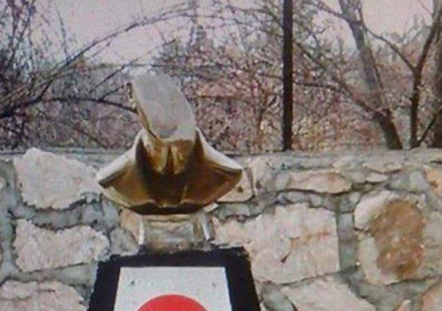 Divriği'de Atatürk büstüne saldırı