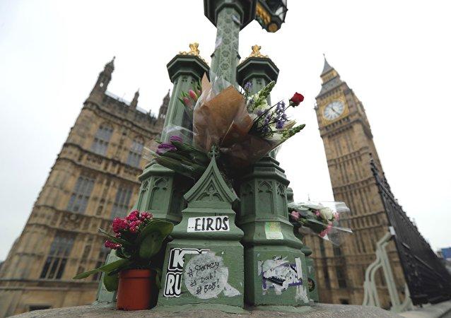 Londra saldırısının ardından olayın gerçekleştiği yere çiçek bırakıldı