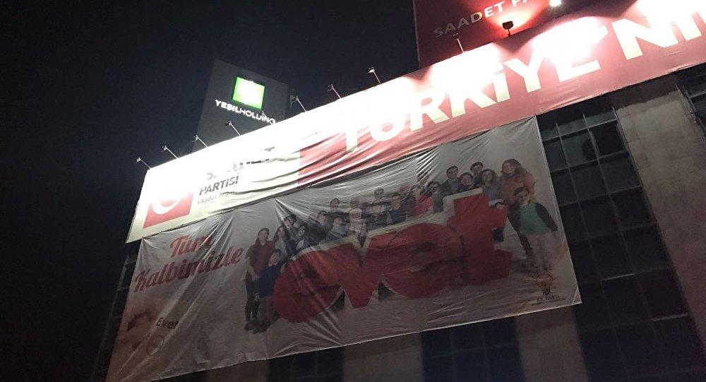 Saadet Partisi İl Başkanlığı binasına asılan Evet pankartı