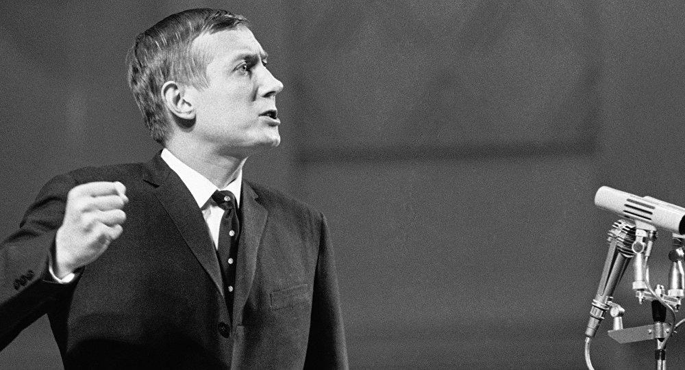 85 yaşında yaşamını yitiren Rus şair Yevgeni Yevtuşenko, Nazım Hikmet için bir şiir yazmıştı.