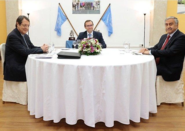 Kuzey Kıbrıs Cumhurbaşkanı Mustafa Akıncı ile Kıbrıs Cumhurbaşkanı Nikos Anastasiadis