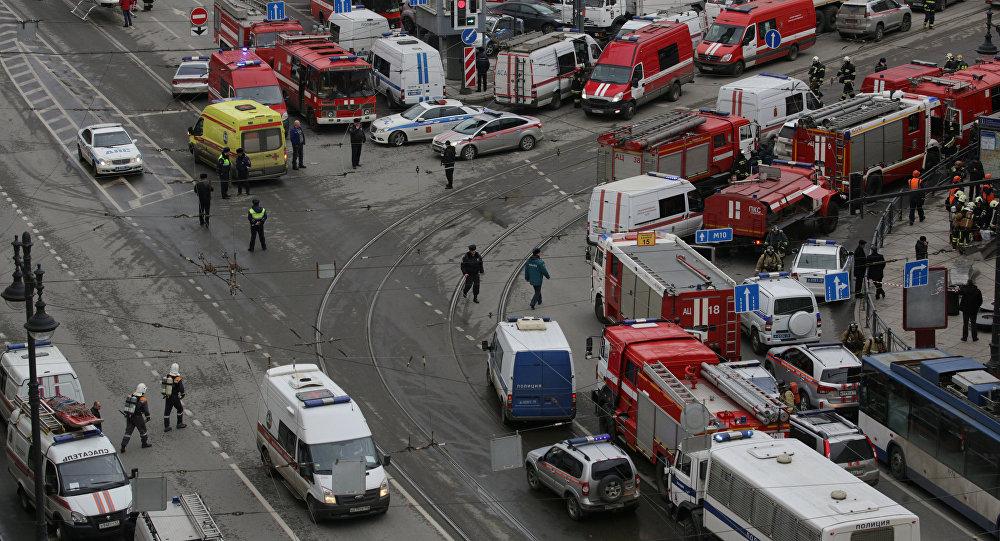 St. Petersburg'da çifte patlamanın ardından metro istasyonuna çok sayıda ambulans ve itfaiye aracı sevk edildi.