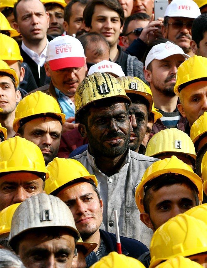 Zonguldak'ta Erdoğan'ı dinleyenler arasında maden işçileri de vardı.