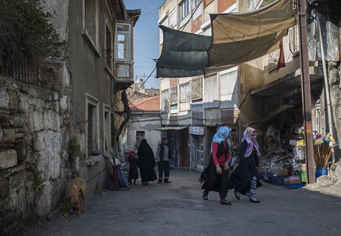 İzmir'in Basmane, Kapılar, Agora, Kadifekale semtlerinde birçok sığınmacı yaşıyor.