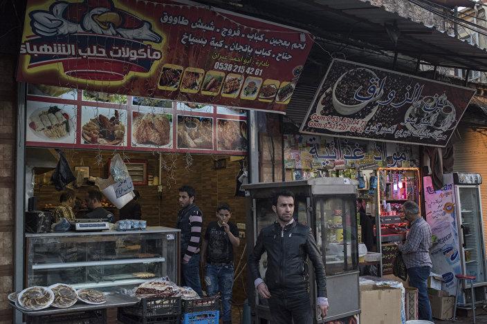 İzmir Basmane'de Suriyelilerin işlettiği birçok dükkan bulunuyor.