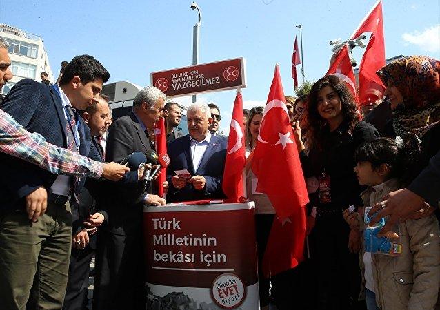 Binali Yıldırım, İzmir'de MHP'nin 'Evet' standını ziyaret etti.