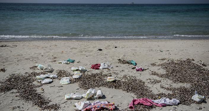 Dikili plajlarında sığınmacıların geride bıraktığı giysiler, eşyalar, can yelekleri, pompa ambalajları ve patlak lastik botlar bulunuyor
