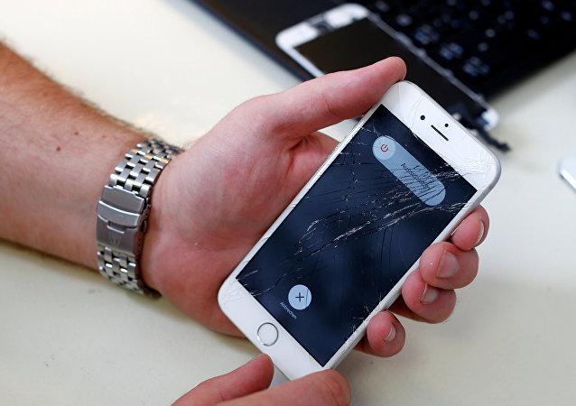 Ekranı çatlamış iPhone