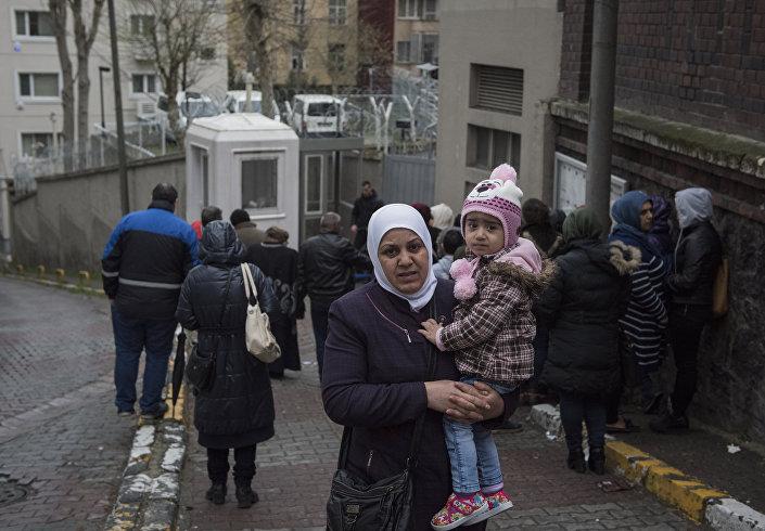 Almanya'nın İstanbul Başkonsolosluğu, Suriyelilerin vize başvurusu için ayrı bir bölüm oluşturmuş. Suriyeli sığınmacılar, burada vize başvurularını yapıyor