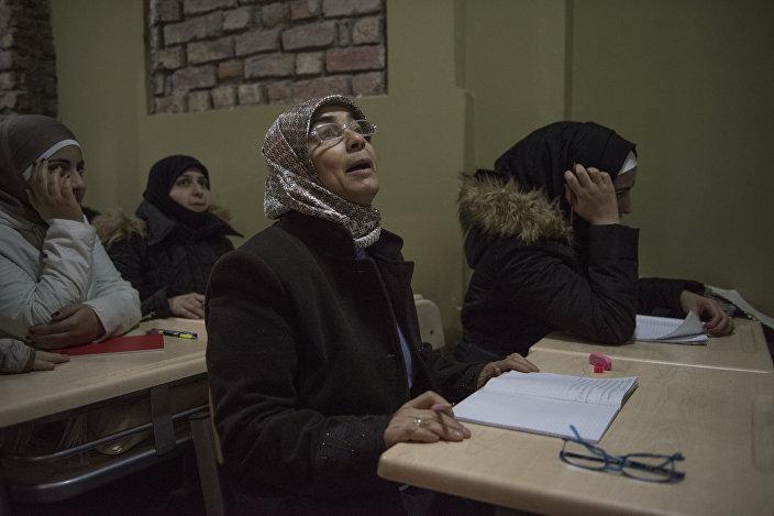 Derviş Baba Sosyal Dayanışma ve Yardımlaşma Derneği'nde Suriyeli kadınlar Türkçe öğreniyor.