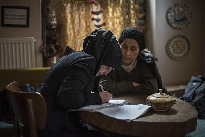 Balatlı gönüllüler Suriyelilere Türkçe öğretiyor
