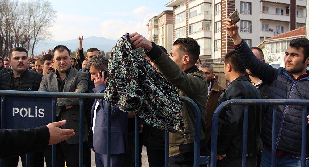 Ülkücülerden Meral Akşener'e etekli protesto