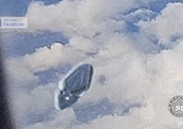 İspanya'nın Barcelona kenti semalarında bir uçakta yolcu olan İngiliz Paul Zinger'ın kamerasına uçağın yanından geçen ve UFO olduğu düşünülen bir cisim yansıdı.