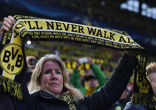 Saldırı sonrası takımına destek olan bir Borussia Dortmund taraftarı