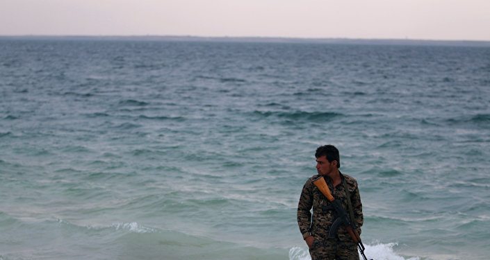 Rakka'nın batısında, Fırat Irmağı kıyısında bir DSG savaşçısı