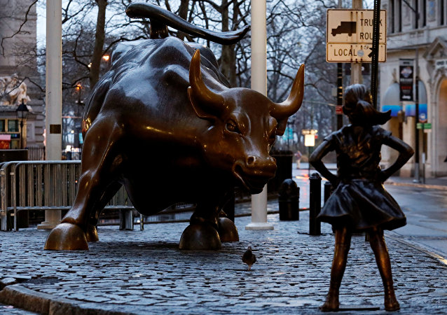 Wall Street'teki Boğa heykeli ile karşısındaki Korkusuz Kız heykeli