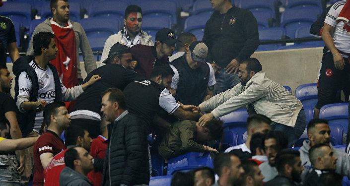 Lyon-Beşiktaş maçında taraftarlar arasında olaylar çıktı