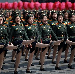 Kuzey Kore'nin kurucusu Kim İl-Sung'un 105.doğumgünü nedeniyle yapılan geçit törenindeki askerler