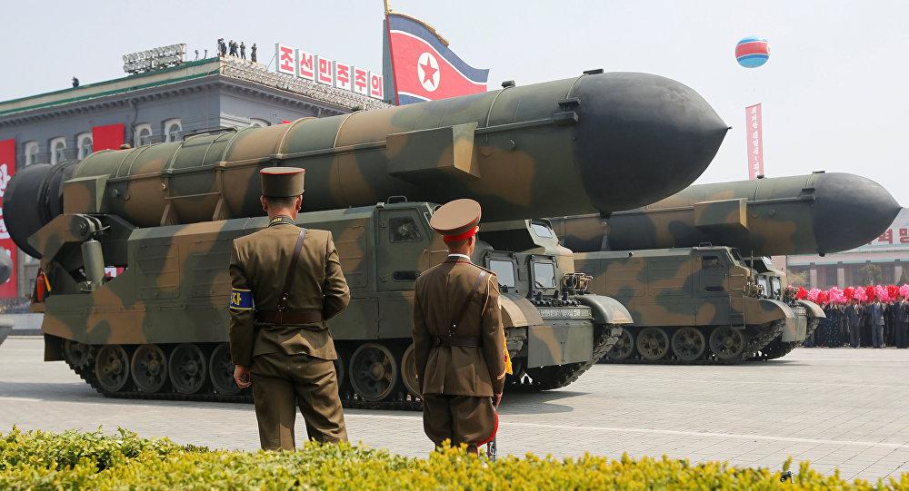Kuzey Kore'deki askeri geçit töreninde füzeler de sergilendi