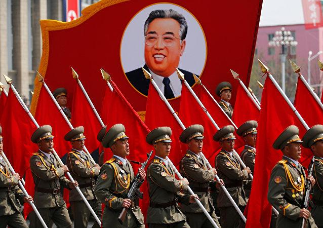 Kuzey Kore'de Kim Il-sung'un 105. doğum gününde yapılan askeri geçit töreni
