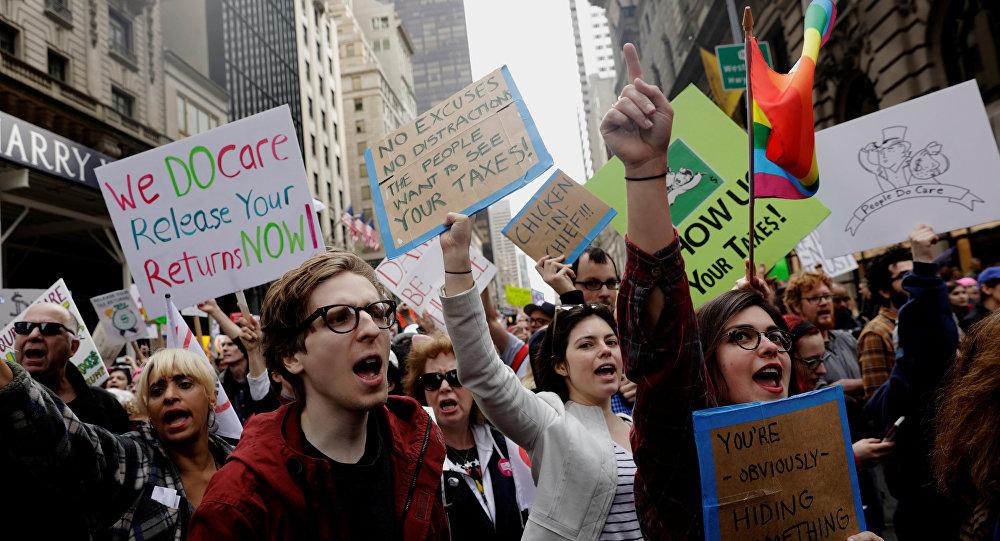ABD'de ulusal vergi gününde eytlemciler Trump'ı protesto etti