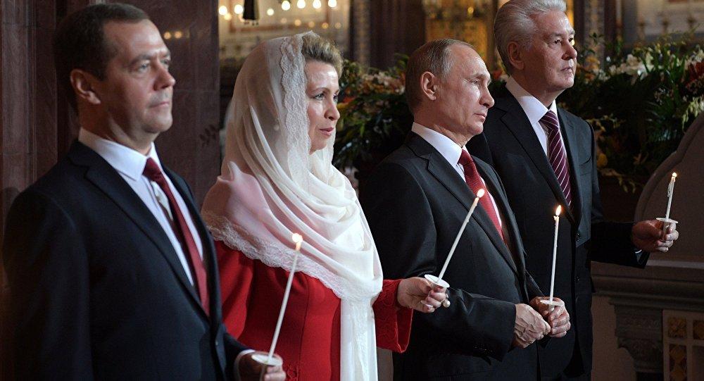 Rusya Devlet Başkanı Vladimir Putin, Başbakan Dmitri Medvedev ve eşi Svetlana Medvedev