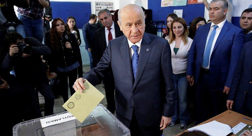 MHP Genel Başkanı Devlet Bahçeli, oyunu Anıttepe Ortaokulu'nda kullandı.