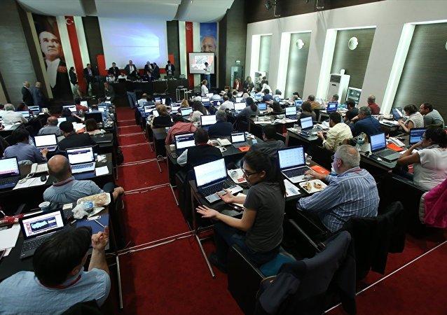 CHP'de, halk oylaması sonuçları Parti Meclisi (PM) salonunda oluşturulan Seçim Takip Merkezinden takip edildi.