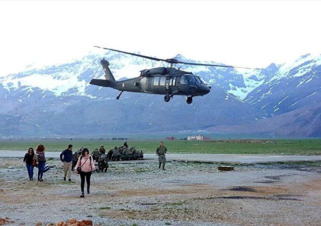 Tunceli'de oy verme işleminin tamamlanmasının ardından sandıklar bazı yerleşim yerlerinden askeri helikopterle Ovacık ilçesine taşındı.