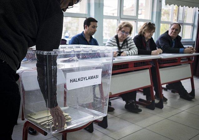 Ankara'da oy verme işlemleri tamamlandı. Görevliler oy sayım işlemi yaptı.
