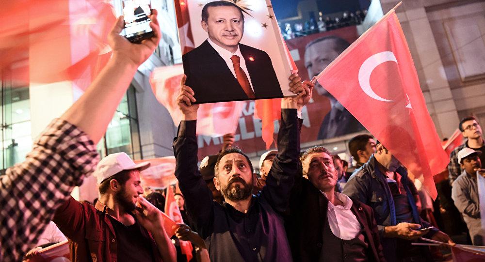 Referandumda 'Evet' kampanyasına destek verenler, AK Parti İstanbul İl Başkanlığı önünde kutlamalara başladı